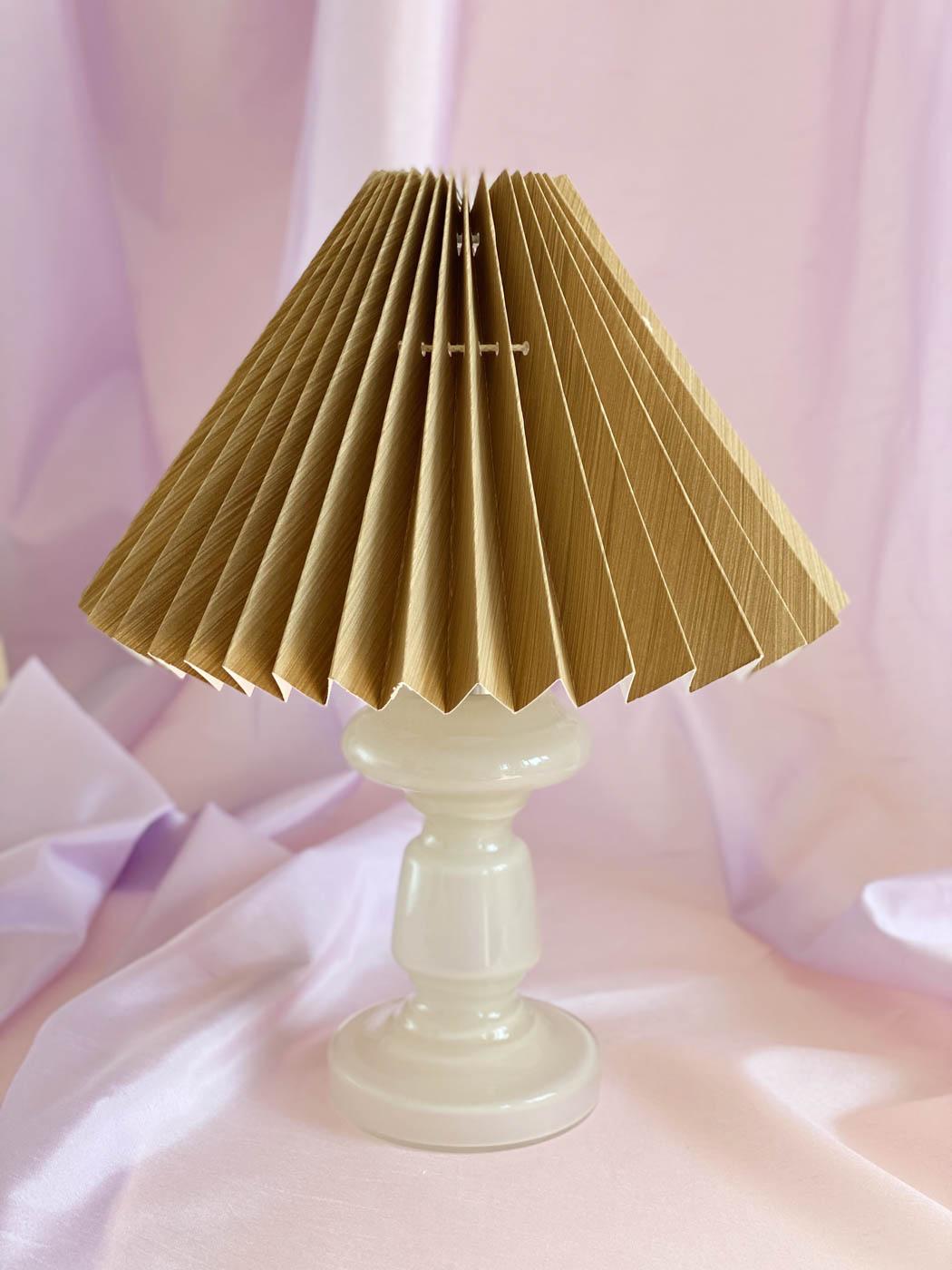 beige bordlampe i mundblæst opalglas