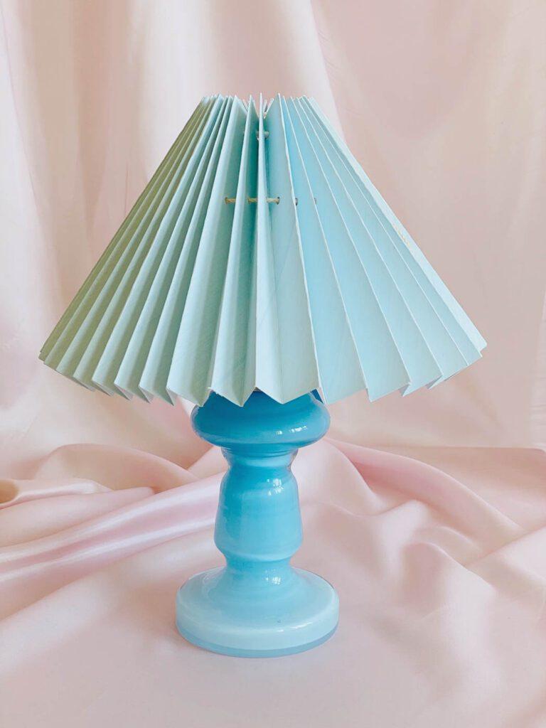 lys blå mundblæst opal glas med plisseret lampeskærm