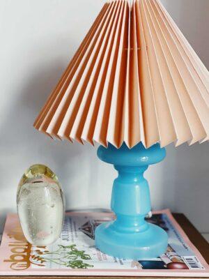 pink rose bordlampe i lys blå med coral farvet plisseret lampeskærm