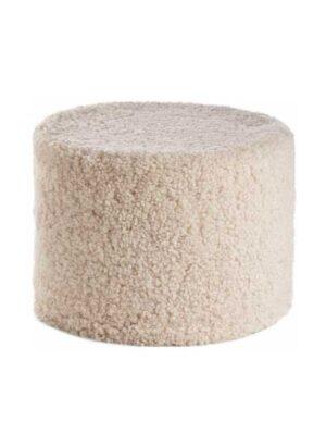 Puffen kan bruges i forlængelse af en sofa eller en lænestol, men den kan også fungere som et selvstændigt møbel.